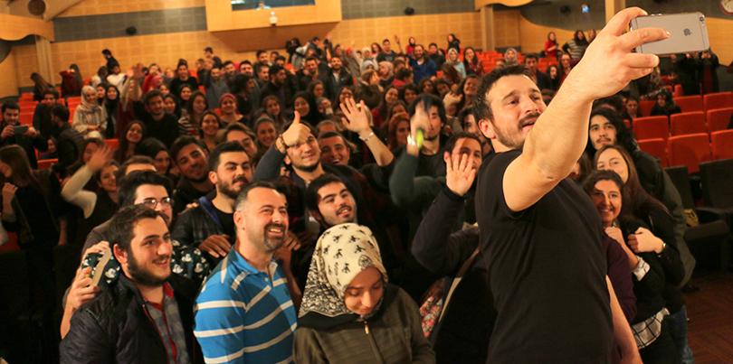 BEST FM'in sevilen programcısı Serdar Gökalp Üsküdar Üniversitesi'ndeydi.