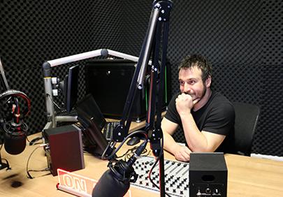 BEST FM'in sevilen programcısı Serdar Gökalp Üsküdar Üniversitesi'ndeydi. 4