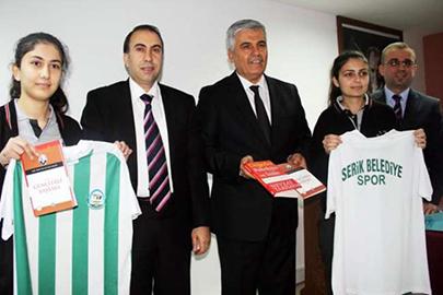 Antalya Serik Belediyesi, öğrencilere Prof. Dr. Tarhan'ın kitabını hediye etti