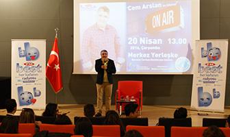 Radyocu Cem Arslan, Üsküdar Üniversitesi'nde gençlerle buluştu. 2