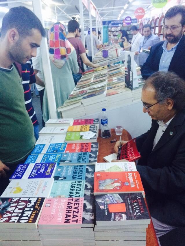 Prof. Dr. Nevzat Tarhan Beyazıt kitap fuarında okurlarıyla buluştu